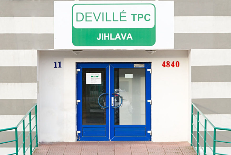 Vchod dobudovy Deville TPC Jihlava